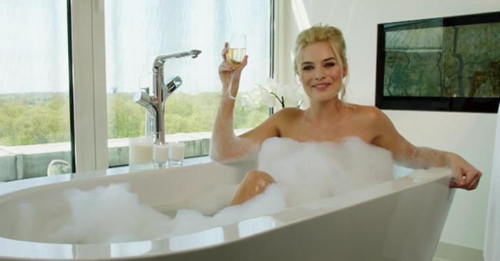 Veja Margot Robbie tomar um banho de espuma por uma boa causa! - Legião dos Heróis