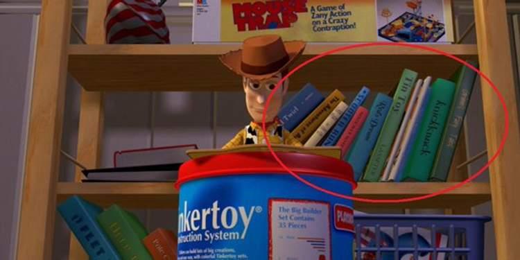 Toy Story - Prateleira com os primeiros curtas da Pixar