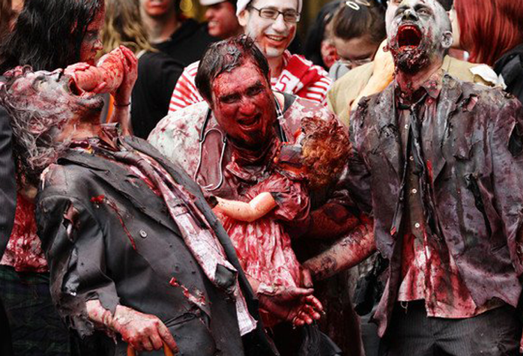 Achando que o começo do apocalipse zumbi é só um zombie walk